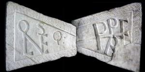 riproduzione delle anse dell'epigrafe originaria di fondazione di Leopoli-Cencelle (datata al 15 agosto 854). Realizzata in botteghe di marmorari di età carolingia e incorniciata da una treccia viminea, sormontava la porta orientale di accesso alla città; sulle anse il monogramma di papa Leone IV