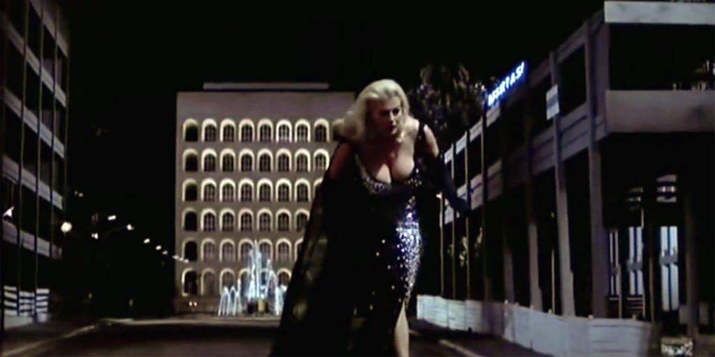 """Il Colosseo quadrato dietro un gigantesca Anita Edberg - Immagine tratta dal film di Federico Fellini """"Le tentazioni del dottor Antonio"""" con Anita Ekberg e Peppino De Filippo."""
